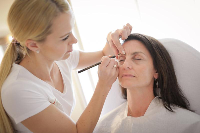 Microblading: Anzeichnen der Augenbrauen